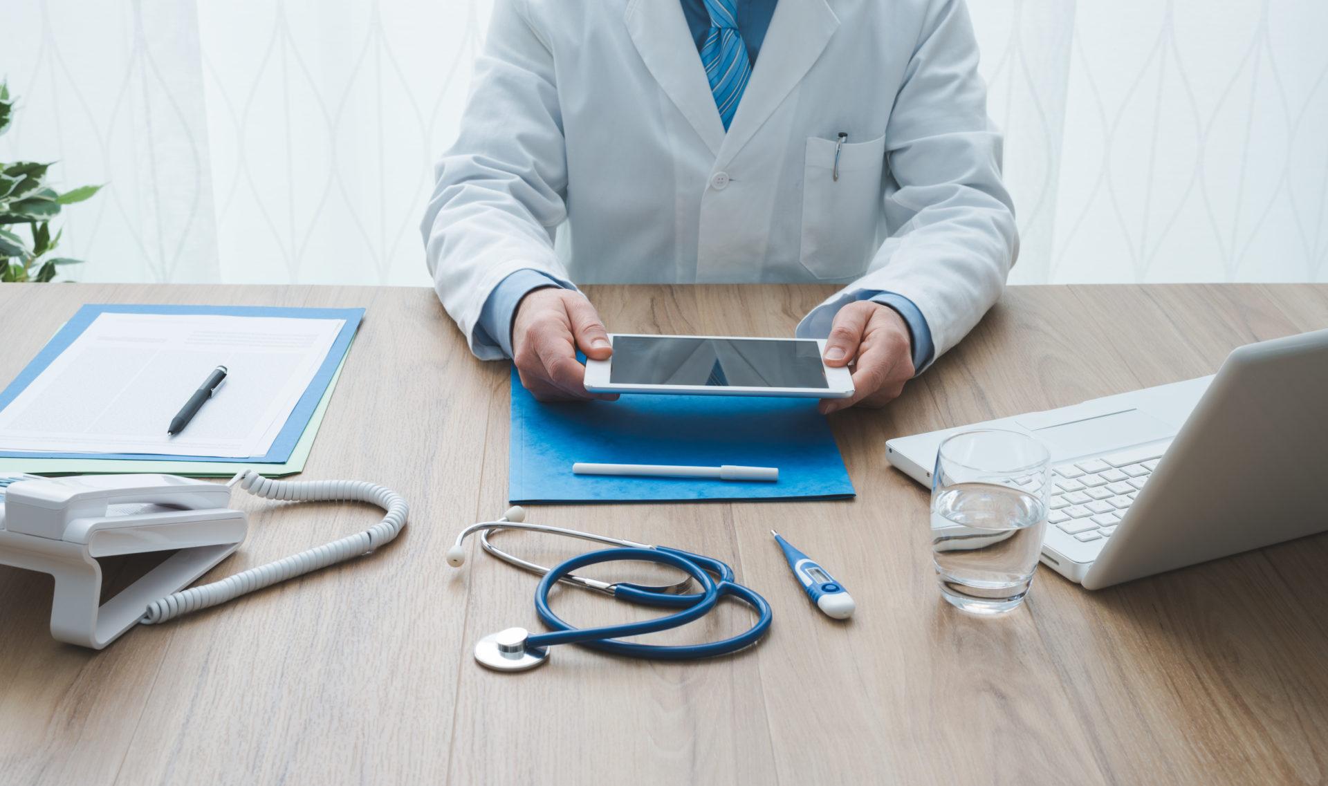 Doctor con tableta
